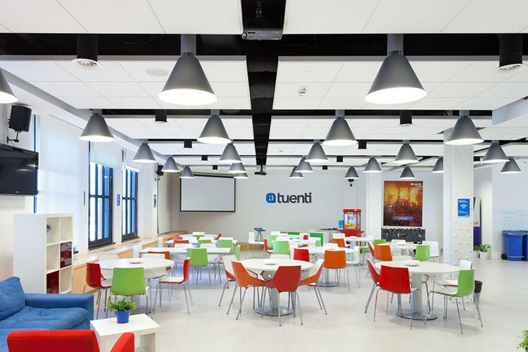 Dise o e innovaci n en las nuevas oficinas tuenti for Oficina medio ambiente