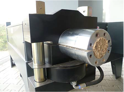 Máquina haciendo una briqueta